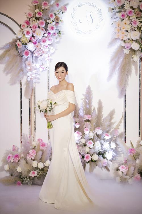 Đầm ôm giúp khoe trọn vóc dáng chuẩn của á hậu 20 tuổi.