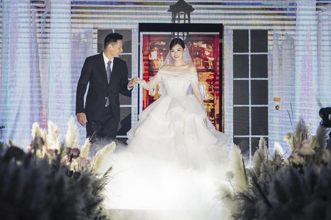 Tối 30/11, cô dâu Tường San đã nên duyên cùng chú rể Đức Anh với sự góp mặt của gia đình, bạn bè thân thiết và không có sự xuất hiện của báo chí. Trong ảnh, người đẹp được bố dắt tay trên lễ đường. Vào ngày vui, Tường San diện tới 3 váy cưới của một thương hiệu thời trang trong nước. Mẫu đầm cưới chính để thực hiện các nghi lễ của cô thuộc dòng Limited Edition, được thiết kế riêng với tên gọi San San và đính kết pha lê Swarovski.