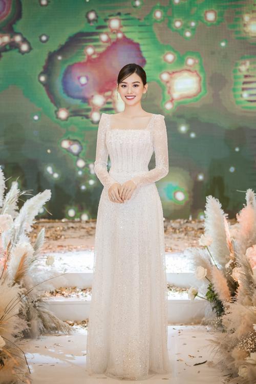 Bộ cánh mà Tường San chọn lựa cho màn chúc rượu có tên gọi Petal. Yêu cầu của cô dâu đối với cả ba bộ váy đều là không gắn đá, kim cương cỡ lớn. Cô dâu mong muốn chiếc váy đính hạt nhuyễn nhỏ, không phô trương, phù hợp tính cách của bản thân, đại diện thương hiệu váy cưới chia sẻ.