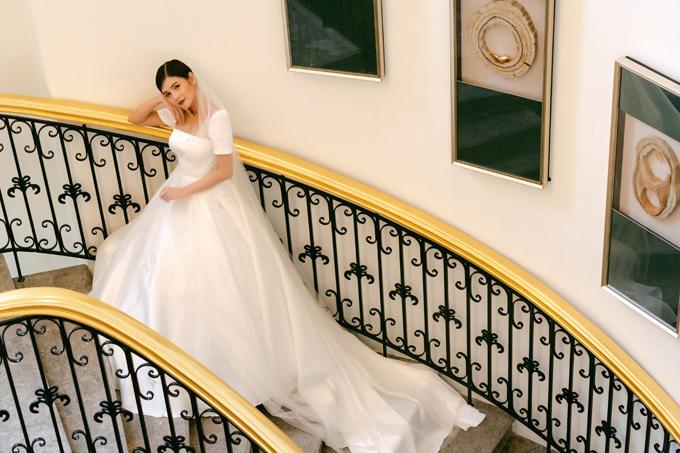 Phần cổ áo vuông vức, không khoét quá sâu để vừa đủ tôn vòng một cho nàng dâu vừa khoe khéo xương quai xanh tinh tế.