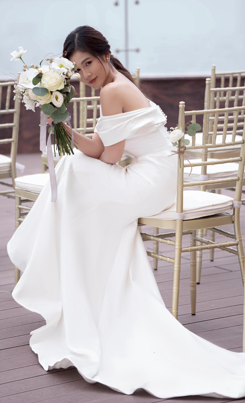 Váy cũng được may bằng chất liệu lụa satin nhập khẩu, có độ bóng nhẹ. Chọn phong cách tối giản giúp nàng dâu có được vẻ đẹp vượt thời gian khi chúng được mệnh danh là những chiếc váy cưới không bao giờ lỗi mốt.