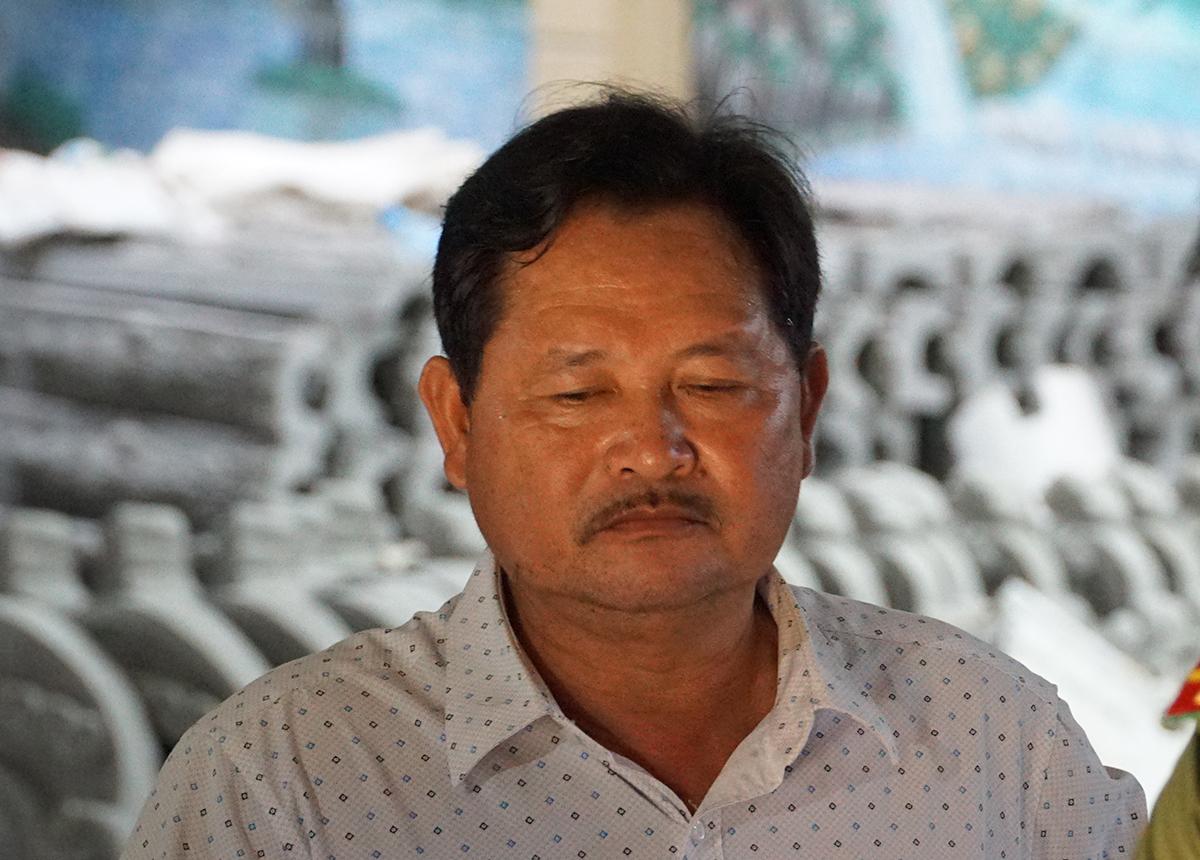 Ông Lê Thái Thiện quan sát việc xét một siêu xe. Ảnh: Trường Hà.