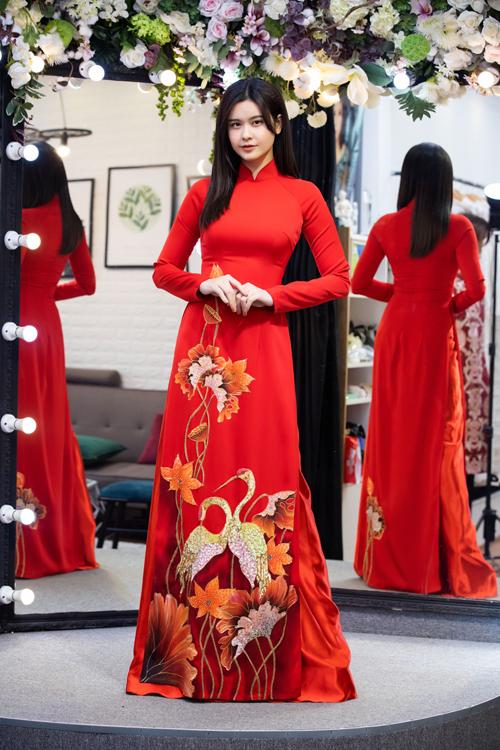 Trương Quỳnh Anh ghi điểm khi diện áo dài đỏ. Cô bày tỏ sự ngưỡng mộ hành trình nỗ lực của Minh Châu khi sáng tạo ra những áo dài truyền thống phù hợp xu hướng.