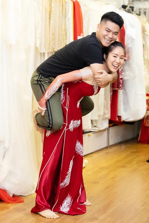 Sự xuất hiện của Lê Phương gây chú ý trong buổi thử trang phục, cô còn tự thách thức bản thân khi cõng chồng. Lê Phương từng tiết lộ khi cô giảm 30 kg sau sinh, cô mới dám nhận lời mời trình diễn trang phục từ Minh Châu. Show diễn của Minh Châu cũng là sự kiện đánh dấu sự tái xuất của người đẹp với nghệ thuật.