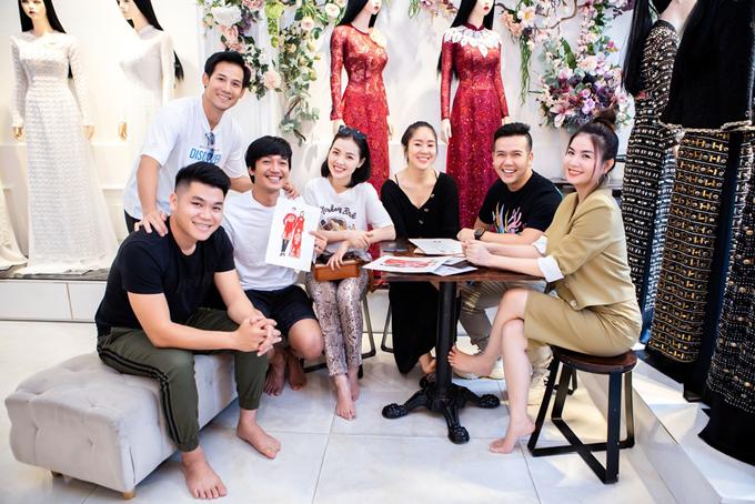 Trước ngày ra mắt bộ sưu tập (BST) áo dài Kim Lang của NTK Minh Châu, nhiều gương mặt nổi bật trong showbiz đã có dịp quy tụ, thử các mẫu áo dài mới nhất của NTK. Vợ chồng Lê Phương - Trung Kiên, Quang Tuấn - Linh Phi, Kha Ly và Thanh Thức sẽ là những cái tên góp mặt trên sàn diễn của Minh Châu hôm 4/12.