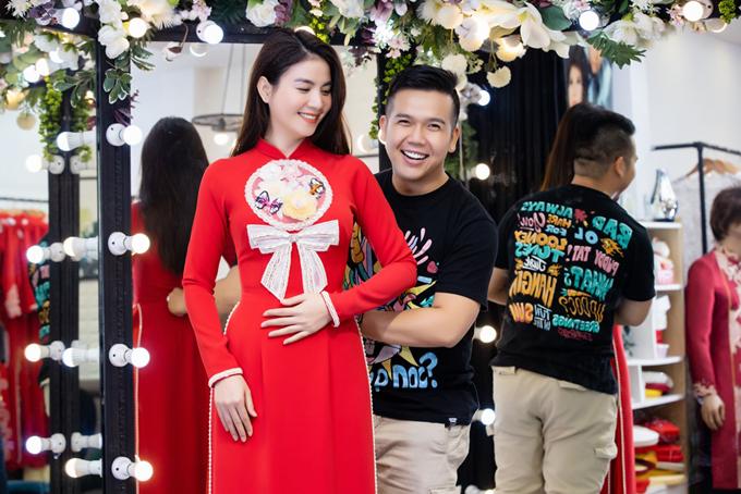 Diễn viên Kha Ly diện áo dài cưới với họa tiết cách điệu, có nơ mang đến vẻ nữ tính.