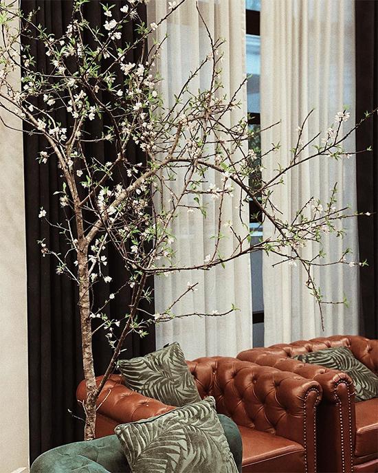 Tết Nguyên đán 2020, Tú Anh chọn tông màu hoàn toàn khác cho sofa phòng khách.