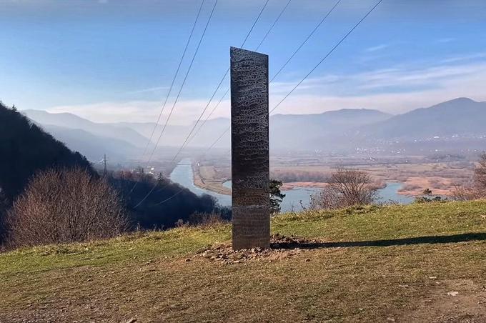 Khối kim loại trên sườn đồi Batca Doamnei, Romania, được phát hiện hôm 26/11. Ảnh: Newsflash.