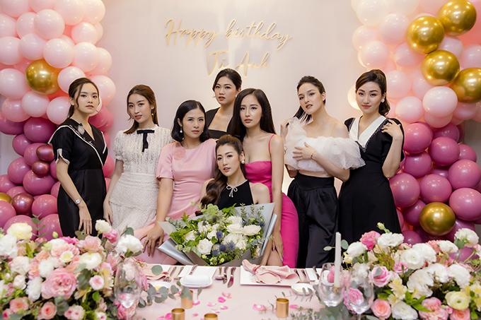 Ngôi nhà này cũng là nơi Tú Anh tổ chức tiệc sinh nhật hoành tráng bên nhóm bạn thân toàn bông hậu.