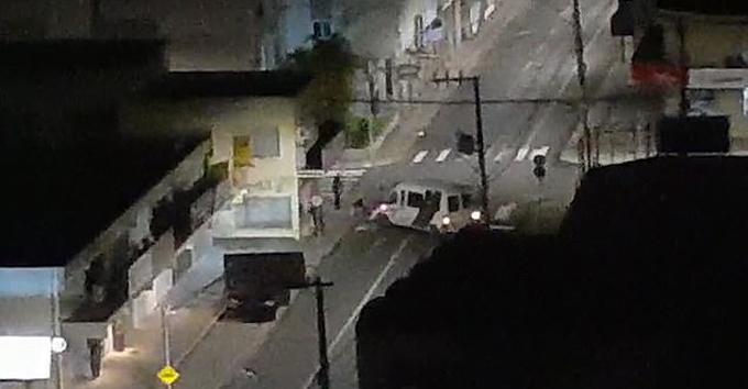 Hai chiếc xe trong số đoàn xe của những tên cướp ngân hàng ở Brazil trên đường tẩu thoát. Ảnh: Triangle News.