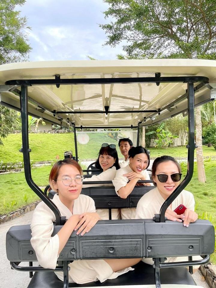 Hậu sinh nhật Kỳ Duyên, cô và Minh Triệu lại khăn gói vi vu Phú Quốc nghỉ dưỡng. Minh Triệu chia sẻ, đây là lần thứ n du lịch Phú Quốc, nhưng là lần đầu tiên đến đảo ngọc cùng gia đình. Cũng mười mấy năm rồi, cả nhà cô mới có dịp du lịch cùng nhau nên rất phấn khởi.