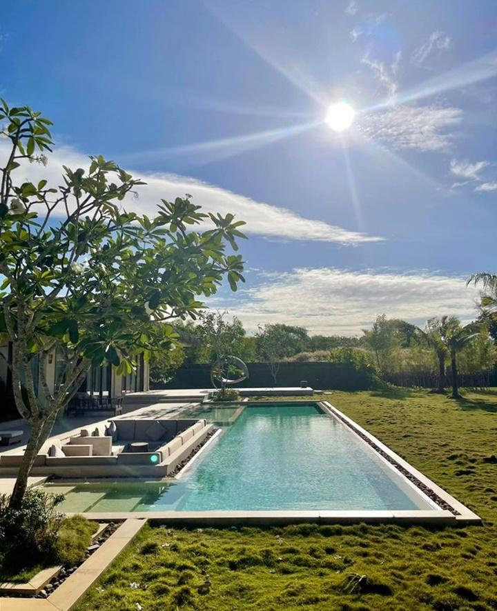 Đôi bạn nghỉ tại resort 5 sao tọa lạc ngay bãi Vũng Bầu, một trong những bãi biển đẹp ở Phú Quốc. Villa của hai người đẹp có hồ bơi riêng, bãi cỏ xanh mát với đủ góc sống ảo. Vị trí này cách khu ăn chơi Dương Đông khoảng 15 km, gần công viên nước, tiện di chuyển.