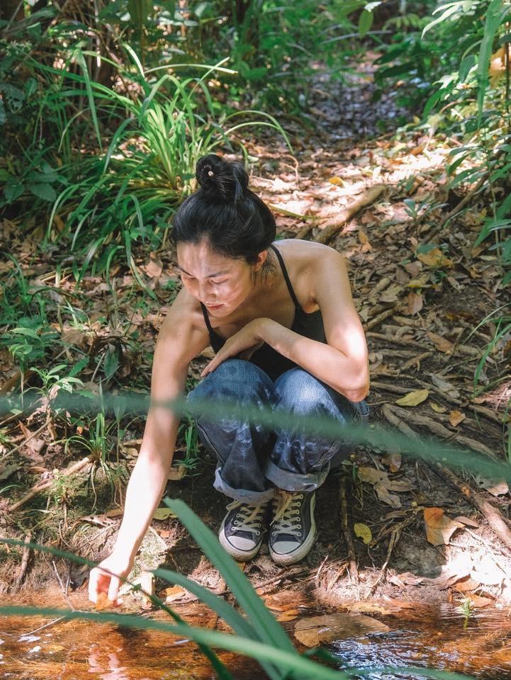 [Caption]với việc đi bộ, bạn sẽ có nhiều cơ hội để 'lạc' hơn, lâu lâu lại tìm ra những con suối cuối ngõ, những khung cảnh thật nên thơ với những tán lá rộng, hàng rêu trên những thân gỗ lâu năm