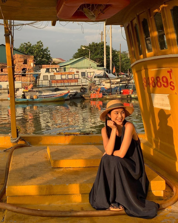 Người mẫu tạo dáng ngay bến cảng, nơi có những chiếc thuyền sơn màu vàng rực làm nền, cho góc ảnh khá thú vị.
