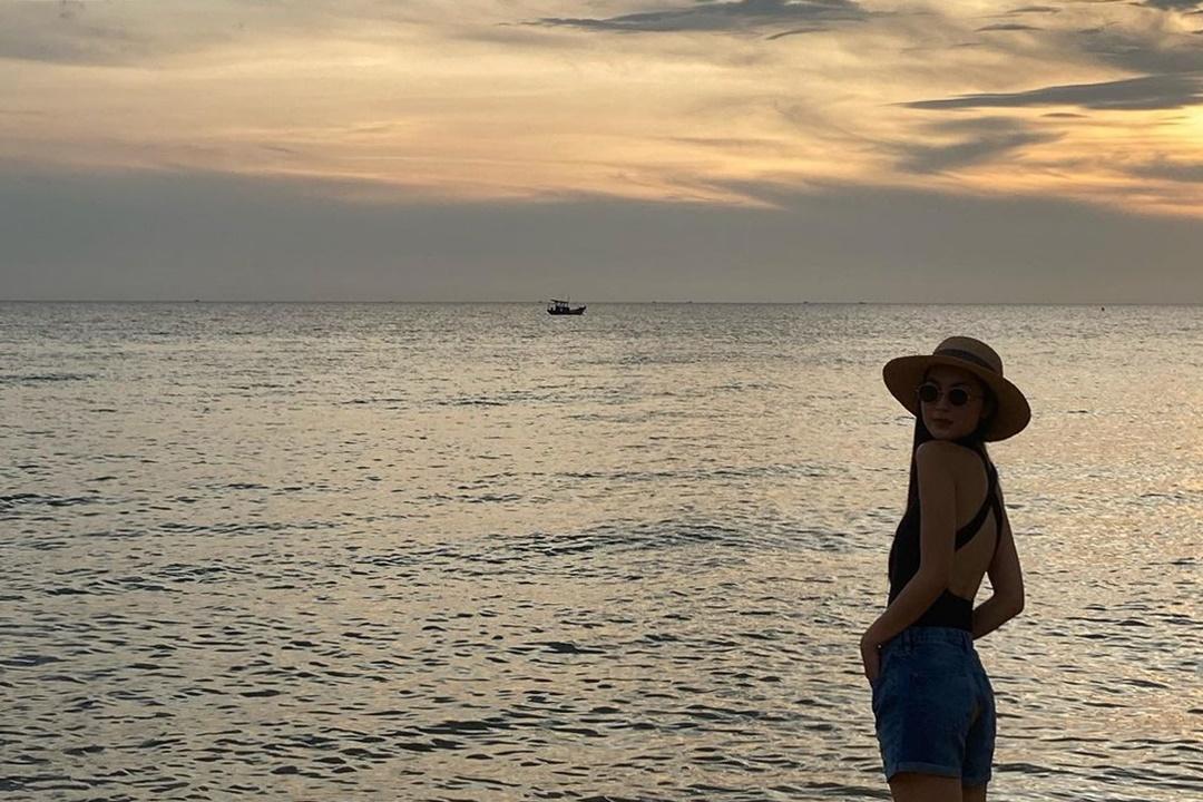 Và dĩ nhiên, nhắc đến Phú Quốc thì không thể bỏ lỡ những bãi biển đẹp nằm rải rác khắp đảo. Helly Tống có những khoảnh khắc ngắm hoàng hôn đẹp ở bãi biển gần khách sạn.