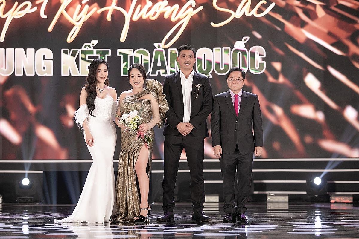 CEO Lê Thị Hồng Nhung (thứ 2 từ trái qua) nhận hoa cảm ơn từ Ban tổ chức Hoa hậu Việt Nam.