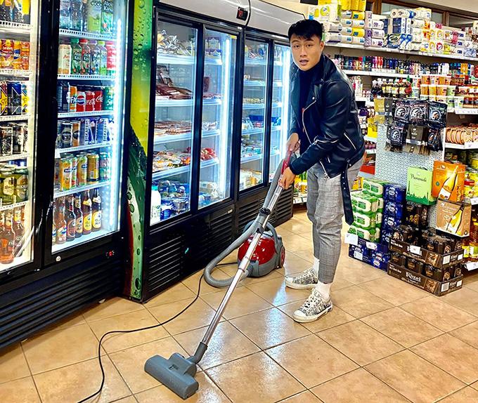 Mạc Hồng Quân phụ giúp gia đình trông coi siêu thị mini ở CH Czech. Ảnh: MHQ.