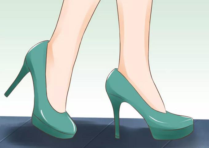 Thực hiện các bước nhỏ Để trông thanh lịch, nàng nên bước những bước nhỏ và chậm, không gập đầu gối nhiều hơn bình thường. Nếu cố gắng bước dài như khi mang giày thấp hàng ngày, dáng đi của bạn sẽ trông không tự nhiên.