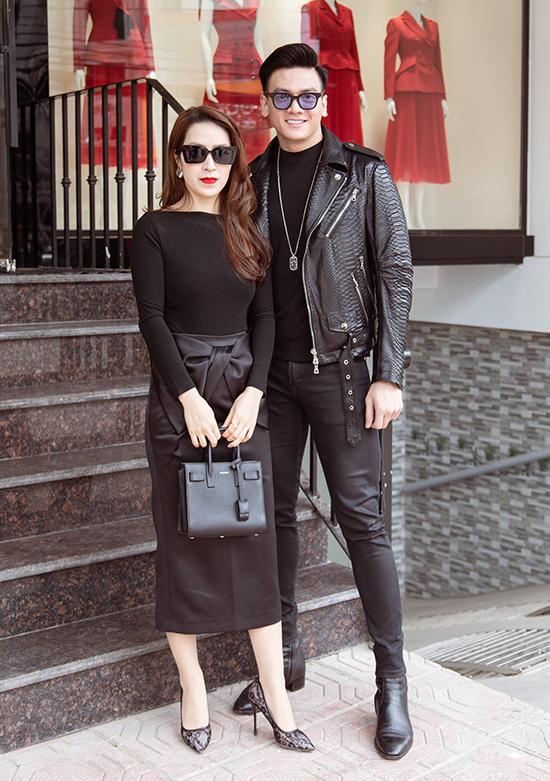 Chàng thơ Lê Xuân Tiền (phải) cá tính với quần skinny, áo khoác da phối T-shirt dệt kim bên trong cùng loạt phụ kiện màu đen đồng điệu.