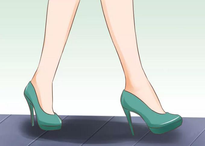 Bước từ gót đến ngón chân  Trước tiên, bạn đặt gót xuống mặt đất rồi di chuyển nhẹ nhàng các ngón chân. Khi vòm bàn chân chịu trọng lượng của cơ thể, hãy nghiêng về phía trước như thể bắt đầu nhón chân, sau đó đẩy người ra xa hơn để thực hiện bước tiếp theo.
