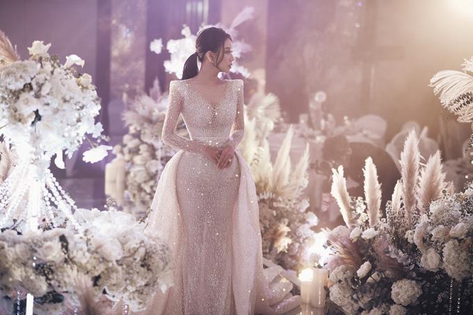 Đây không phải là lần đầu tiên chị tiên váy cưới Phương Linh thực hiện váy cưới haute couture cho cô dâu của mình, nhưng lại là một trong những lần khiến chị hồi hộp nhất. Bởi NTK đã ấp ủ đem đến cho cô dâu một điều bất ngờ.