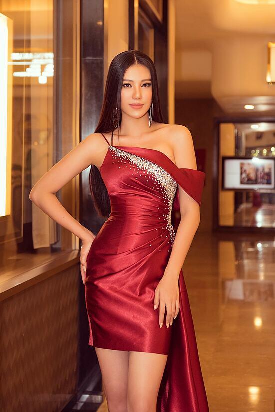 Chỉ cần chú ý cách make-up, chọn trang phục, Kim Duyên vẫn thu hút ánh nhìn với nhan sắc nổi bật. Cô cao 1,73 m, hình thể 83-62-89 cm.