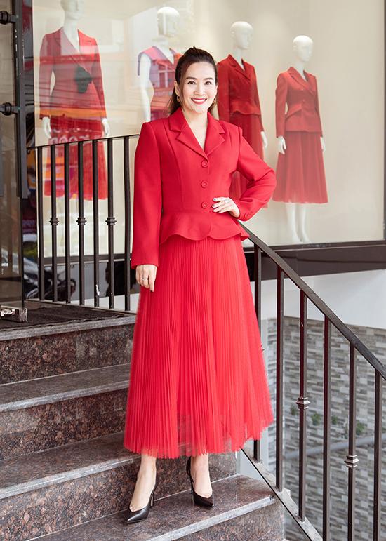 Mùa lễ hội cuối năm, doanh nhân Anh Thơ chọn một thiết kế khác phối hợp giữa vest thanh lịch, cá tính cùng chân vý xoè xếp li điệu đà với tông màu đỏ rực bắt mắt.