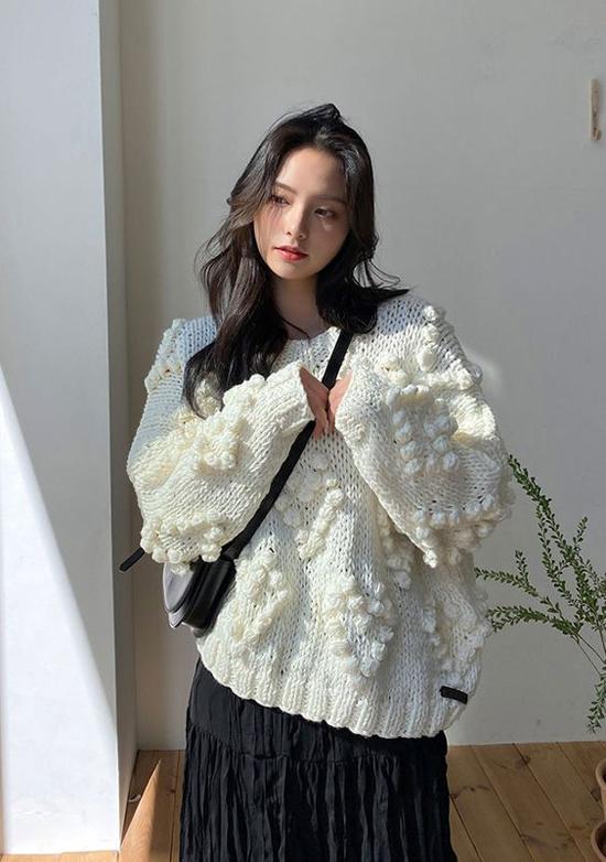Áo len dành cho cô nàng yêu phong cách bánh bèo và dòng thời trang cổ điển. Những bông len xinh xắn được trang trí tiệp màu tạo hình khối 3D sống động cho chiếc áo mùa đông.