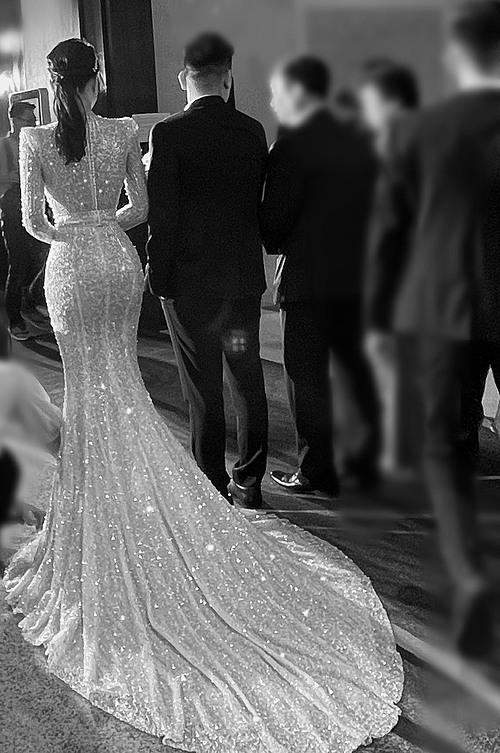 Vì yêu cả hai chiếc váy nên Thanh Tú quyết định mặc thiết kế đầu tiên khi đón tiếp khách mời.