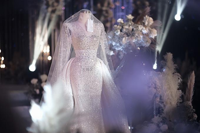 NTK Phương Linh giải thích: Mỗi thiết kế mang một sắc thái riêng, giống như vẻ đẹp của cô dâu khi tôi ngắm nhìn ở mỗi góc khác nhau. Nếu chiếc váy đầu tiên quyền lực và đẳng cấp thì chiếc váy thứ 2 lại mong manh, kiêu sa và quyến rũ. Vì thế, tôi chọn chi tiết cầu vai ngang và kỹ thuật đính kết tinh xảo, tỉ mỉ hơn làm điểm nhấn.