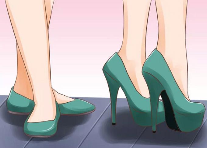 Đừng lạm dụng giày cao  Thay vì mang giày cao thường xuyên, phái đẹp nên sử dụng xen kẽ cùng giày thấp, nhưng hãy cố gắng ưu tiên những thiết kế thoải mái. Đi giày cao gót liên tục có thể gây hại cho sức khỏe của bạn.