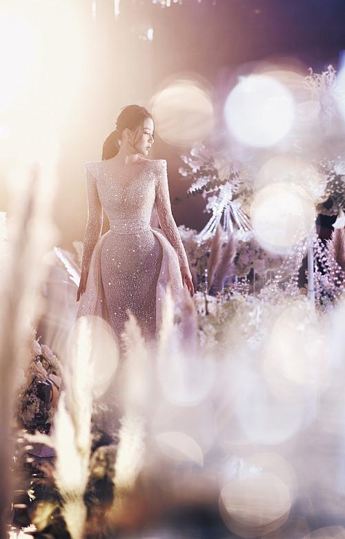 Cuối tháng 11 vừa qua, hôn lễ của cô dâu Thanh Tú (Tú Boo) đã diễn ra tại Hà Nội. Dưới ánh sáng dịu nhẹ từ giàn đèn bên trong phòng tiệc và âm nhạc du dương, Thanh Tú xuất hiện như một lộng lẫy như một nàng công chúa, thu hút sự chú ý của tất thảy mọi người. Cô khoác trên người bộ váy cưới dáng đuôi cá ôm trọn lấy đường cong cơ thể gợi cảm, đính kết hàng trăm ngàn viên pha lê Swarovski lấp lánh như bầu trời sao. Chiếc váy thuộc dòng haute couture do NTK Phương Linh thực hiện dành riêng cho Thanh Tú.