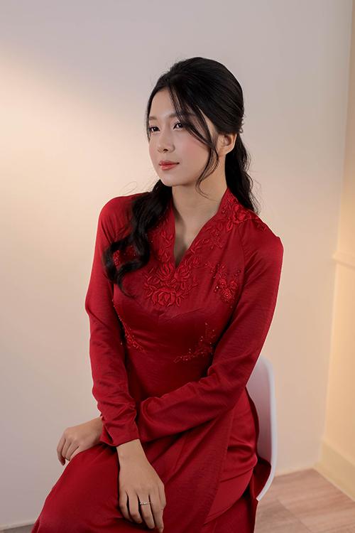 Cô dâu có vẻ đẹp, tinh tế, thanh thuần khi diện áo dài biến tấu với cổ lấy cảm hứng từ trang phục phương Tây. Cách điệu từ phần cổ mềm mại, hiện đại kết hợp hoạ tiết hoa thêu giúp nàng nổi bật.