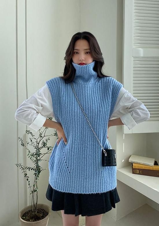 Áo len cổ lọ với phong cách trẻ trung khi được mix cùng áo trắng, chân váy xếp ly dáng ngắn.