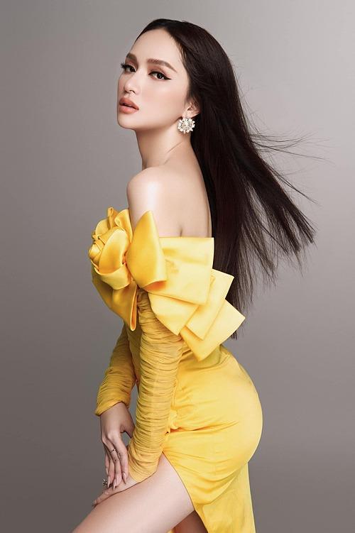 Hoa hậu Hương Giang khoe vai gầy gợi cảm cùng thần thái hút hồn sau ồn ào với anti-fan.