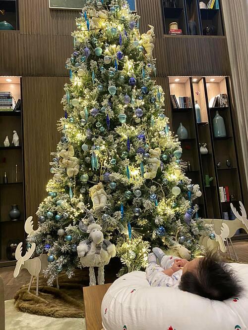 Cường Đôla khoe con gái nhỏ và không khí Noel trong căn nhà của mình: Mong rằng Giáng sinh năm nay sẽ đến thật an lành với tất cả mọi người.