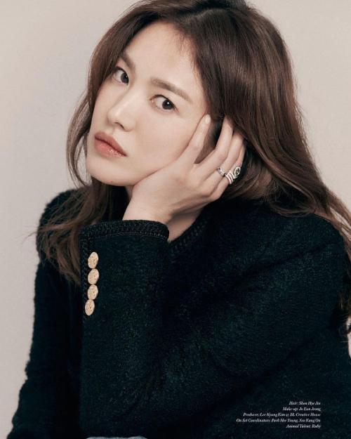 Ngôi sao Hàn mặc trang phục của Celine, đeo trang sức kim cương Chaumet và dắt theo hai chú chó cưng Ruby và Ogu khi xuất hiện trên tạp chí Vogue số mới. Thời trang kín cổng cao tường nhưng Song Hye Kyo vẫn đầy sức hút nhờ vào đôi mắt nâu đượm buồn, làn da mượt mà không tì vết.