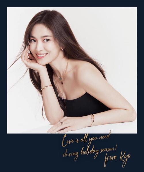 Cùng với việc lên bìa Vogue, Song Hye Kyo cũng lên bìa Cosmopolitan với phong cách tươi tắn.