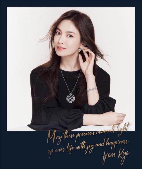 Song Hye Kyo được khán giả yêu mến với Ngọn gió đông năm ấy, Ngôi nhà hạnh phúc, Trái tim mùa thu, Hậu duệ mặt trời... Cô kết hôn với tài tử Song Joong Ki năm 2017 và hoàn tất thủ tục ly hôn hồi tháng 7 năm ngoái.