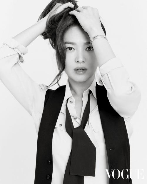 Một nguồn tin cho hay bố mẹ Song Hye Kyo đã ly dị từ khi cô còn nhỏ, sau đó mẹ một mình nuôi dạy con gái  trưởng thành. Song Hye Kyo hiếm nhắc về mẹ, không bao giờ nhắc về bố, cho thấy quan hệ trong gia đình cô là điều bí mật.