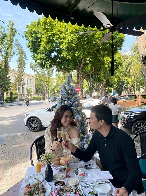 Á hậu Thanh Tú và chồng mừng kỷ niệm hai năm ngày cưới.