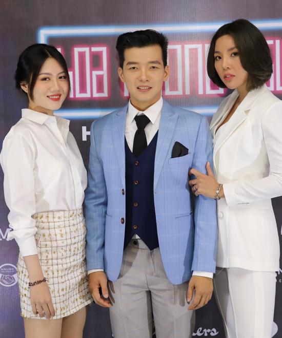 Người mẫu Ellie Mễ Tiên (ngoài cùng bên trái) có lần đầu thử sức với điện ảnh. Cô hóa thân một nữ phóng viên có vẻ đẹp ngây thơ, trong sáng trong Hoa Phong Nguyệt Vũ.