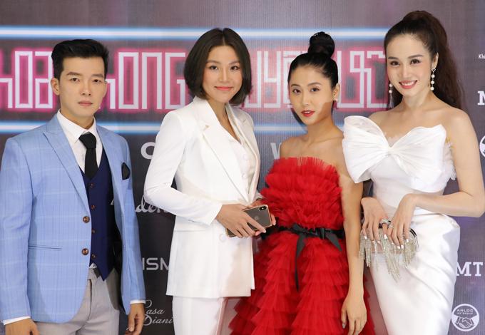 MC Kim Anh nổi bật khi diện váy đỏ cúp ngực dẫn dắt buổi ra mắt phim tối 3/12.