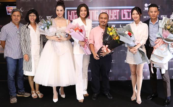 Nhà sản xuất Đỗ Quang Minh (ngoài cùng bên trái) chụp ảnh cùng đạo diễn Phạm Thanh Hải (thứ năm từ trái qua) và các diễn viên. Ngoài Lê Thu An và Peter Phạm, các gương mặt còn lại đều lần đầu chạm ngõ điện ảnh.