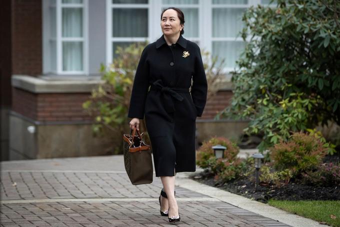 Meng Wanzhou rời biệt thự riêng ở Vancouver, nơi bà bị quản thúc ở Canada để đến tòa vào tháng trước. Ảnh: AP.