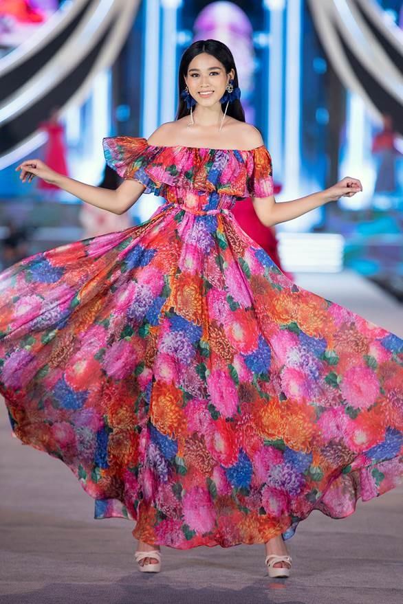 Tân hoa hậu Đỗ Thị Hà trình diễn thiết kế của thời trang Neva. Ảnh: Neva.