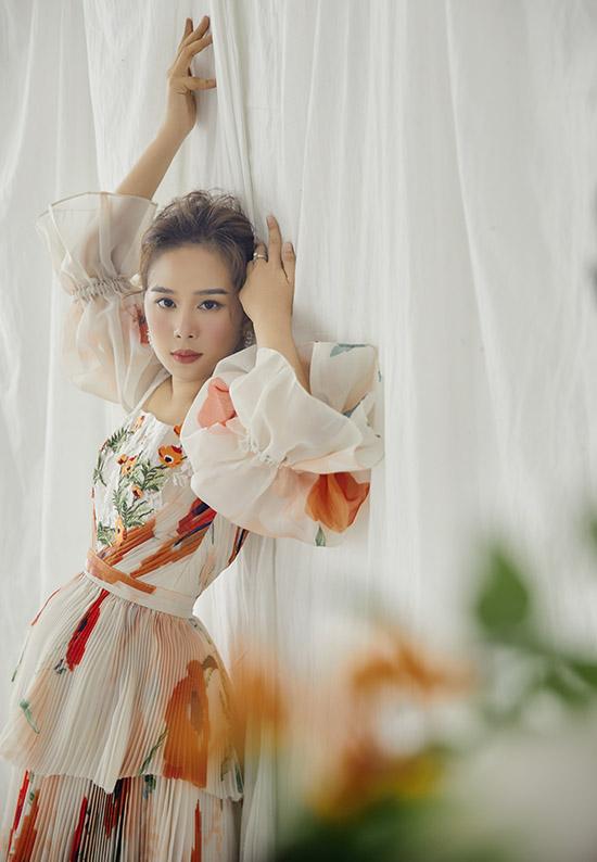 Cô chuộng kiểu trang phục tay bồng bèo nhún giúp tôn vẻ nữ tính, hoạ tiết tươi sáng, ấn tượng.