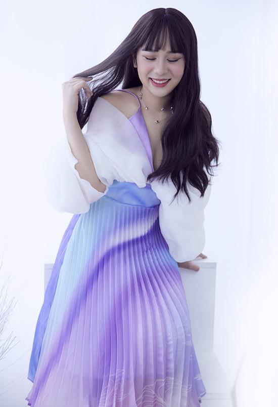 Váy kết hợp gam màu tím và trắng phù hợp với tính cách và vẻ đẹp của nữ MC 9X.