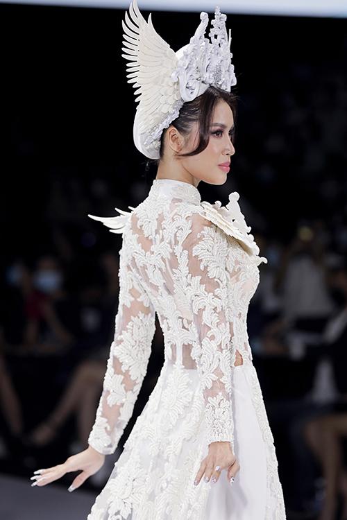 Mặt lưng áo xuyên thấu khiến Minh Tú thêm gợi cảm khi hóa thân thành cô dâu.