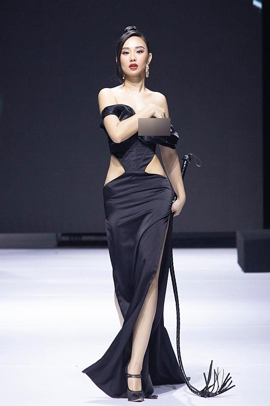 Ngay từ khi người đẹp bước ra, chiếc váy đã tụt